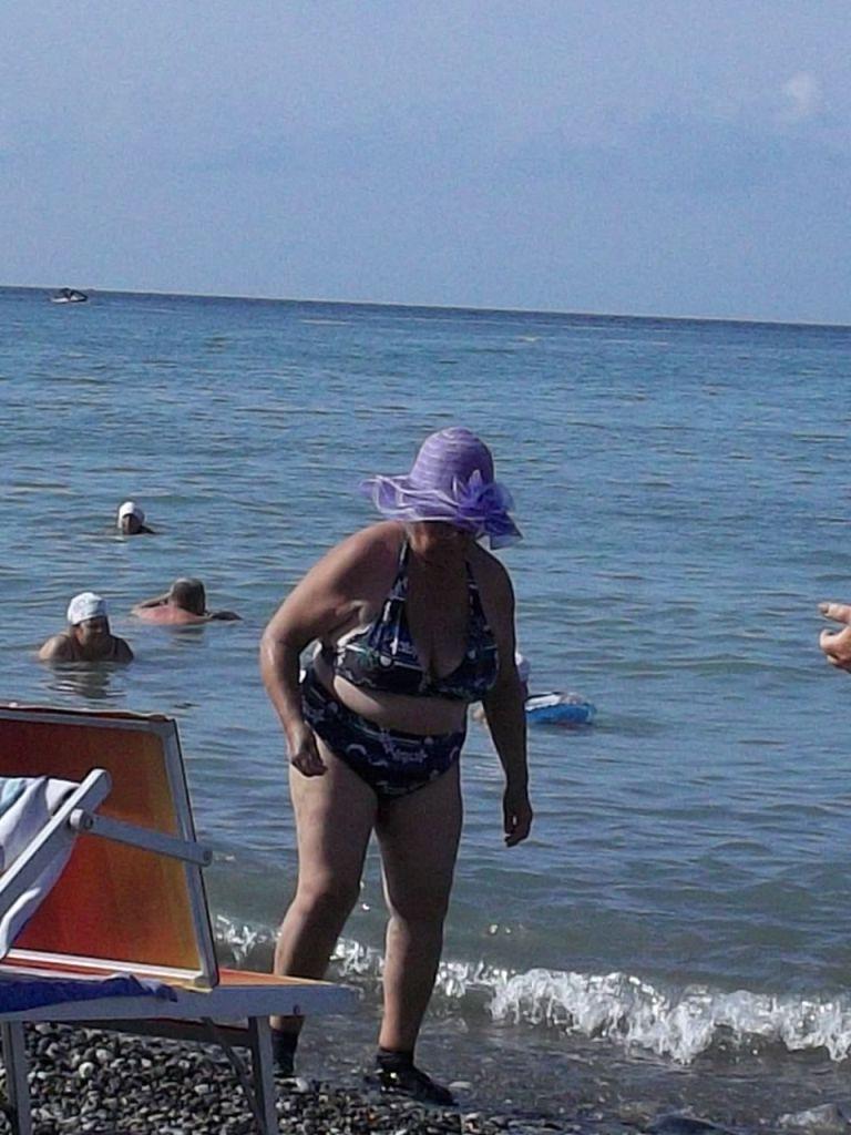 Толстые бабушки на пляже